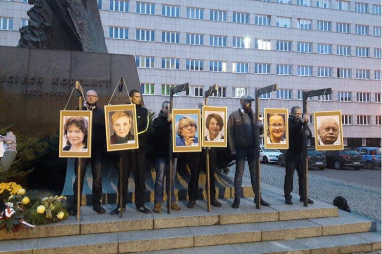 """W sprawie """"happeningu"""" narodowców, jako pierwsi przesłuchani mają być... europosłowie, którzy """"zawiśli"""" na szubienicach w centrum Katowic."""