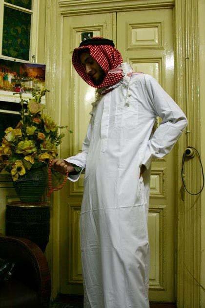 Mężczyzna w galabiji - tradycyjnym stroju arabskim