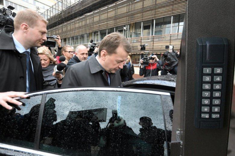 Takie sceny odchodzą w przeszłość. Dziennikarze nie będą mogli wejść na teren parkingu przed siedzibą PiS.
