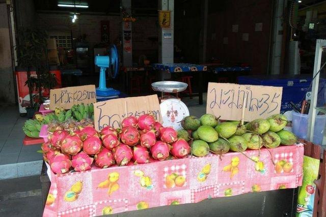 Owoce w Tajlandii najlepiej kupić na targu.