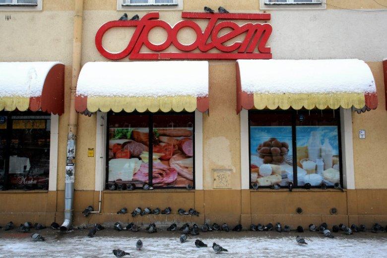 """A mogli być drugą """"Biedronką"""". Największa sieć sklepów w Polsce stała się poczekalnią na emerytry"""