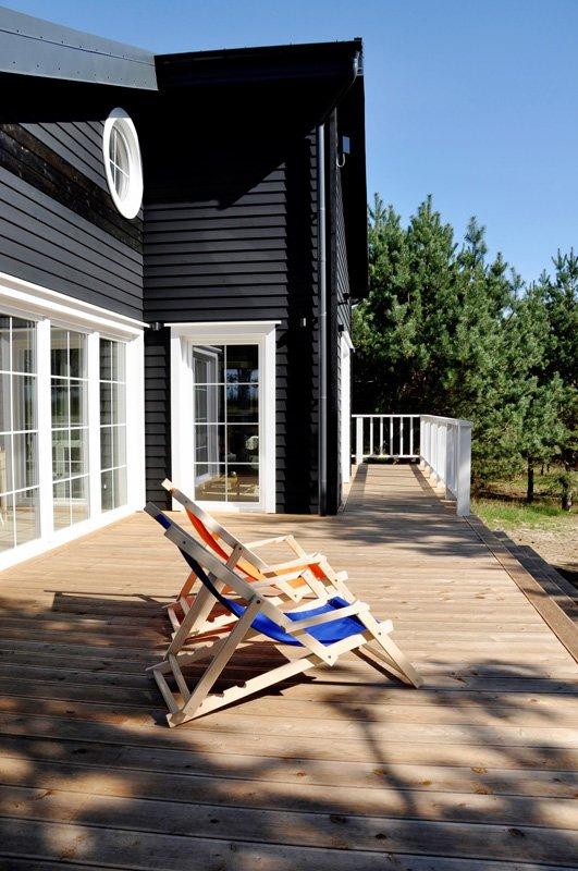 Na zewnątrz można odpocząć na 60-metrowym drewnianym tarasie pośród zielonych sosen i całodobowego śpiewu ptaków.
