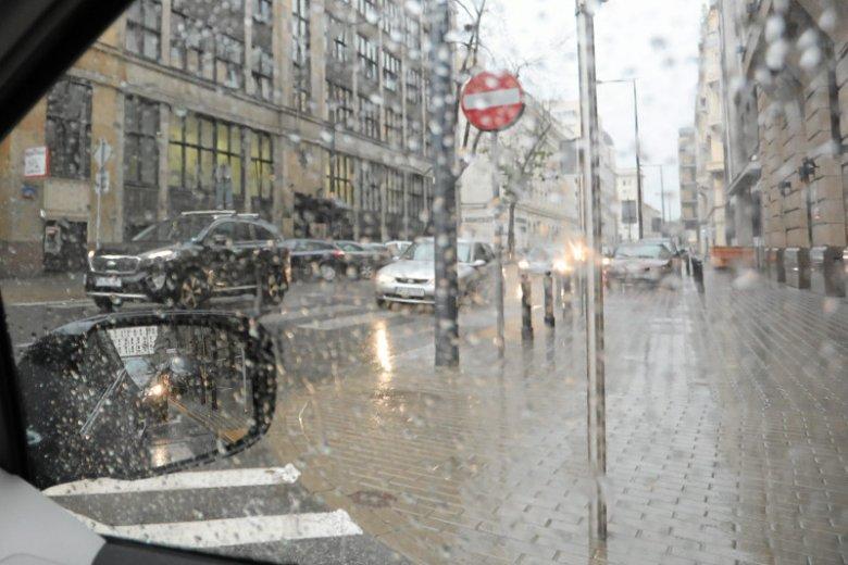 IMGW ostrzega przed gradem i burzami.