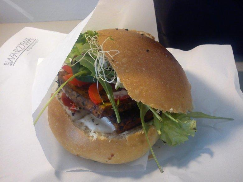 Burgery serwowane w Krowarzywa są wyłącznie wegańskie.