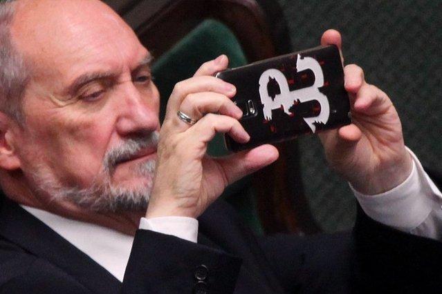 Minister Antoni Macierewicz w ławach sejmowych.