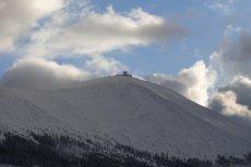 Wiatr zdmuchnął czeskich turystów ze Śnieżki.