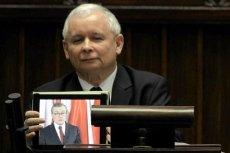 Jarosław Kaczyński z tabletem na mównicy sejmowej