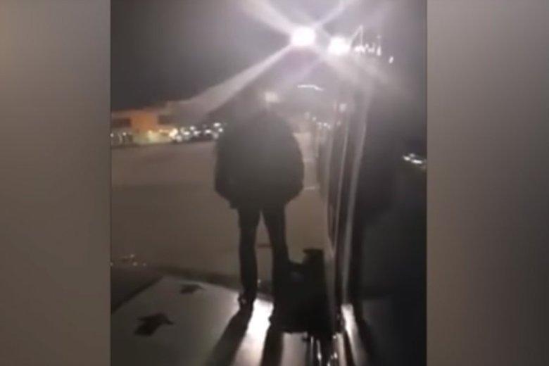 Polak wyskoczył na skrzydło samolotu przez wyjście awaryjne. Cała sytuacja wydarzyła się na lotnisku w hiszpańskiej Maladze.