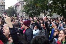 Tysiące Węgrów przyszło dziś pod gmach parlamentu, by wybuczeć premiera Viktora Orbana i pokazać mu środkowy palec. Po latach apatii, działania węgierskiej opozycji są coraz bardziej zdecydowane.