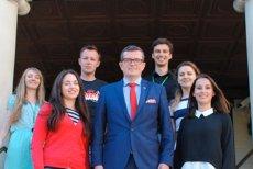 Marcin Bosacki jako ambasador Polski w Kanadzie spotykał się nie tylko z Polonią, zapraszał również Ukraińców. Niedawne spalenie flagi Ukrainy ocenia jednoznacznie. Podobnie brak reakcji na takie poczynania ministrów Waszczykowskiego i Błaszczaka.