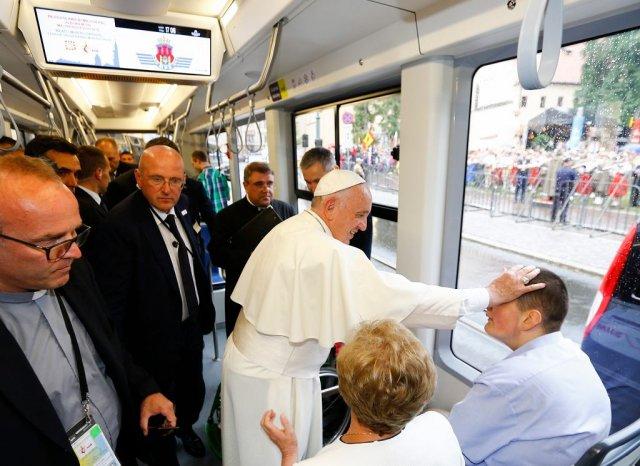 Papież Franciszek w towarzystwie m.in. osób niepełnosprawnych jedzie tramwajem na spotkanie z uczestnikami ŚDM na krakowskich Błoniach.