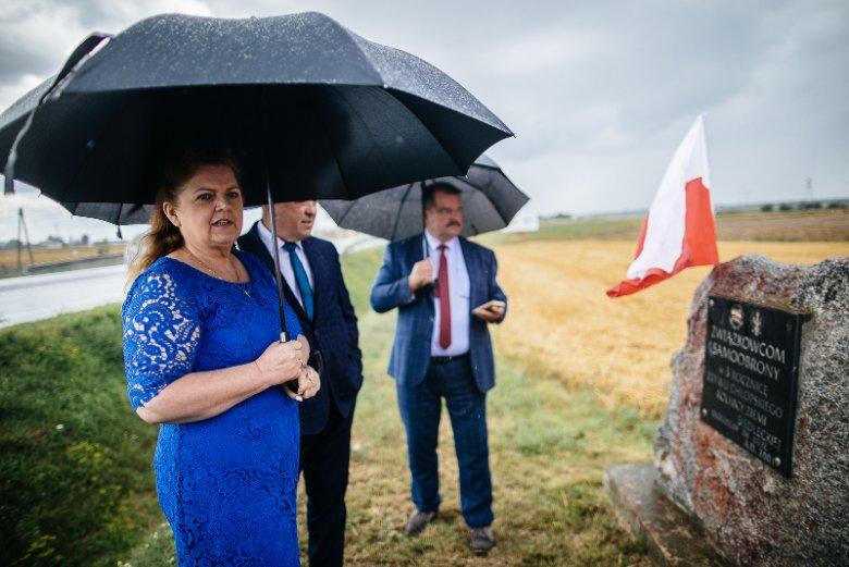 Kamień postawiony w trzecią rocznicę blokad rolniczych został zdewastowany przez chuliganów.