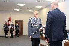 Rektor szkoły policyjnej jako komendant policji w Szczytnie chronił podwładnych, którzy torturowali zatrzymanych.