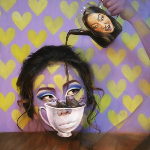 """Make-up z """"podkładem"""" filiżanki i tapety na ścianie"""