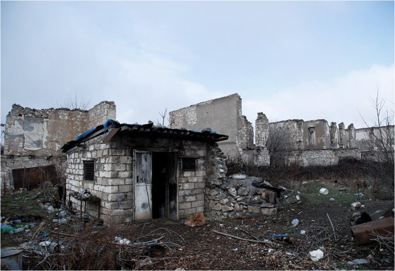 Domek Dawida pośród ruin miasta.