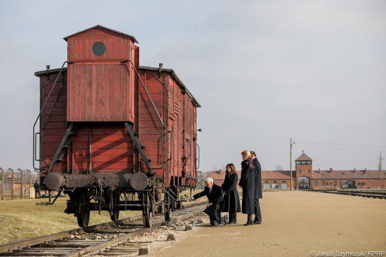 Na powyższym zdjęciu widzimy wagon kolejowy, którym Niemcy przywozili Żydów do obozu. Obok stoi polska para prezydencka oraz wiceprezydent USA Michael Pence z małżonką