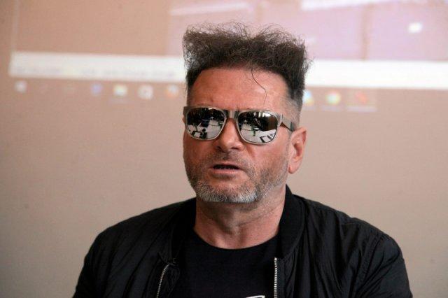 Krzysztof Rutkowski podczas show-konferencji w sprawie śmierci Polki w Egipcie.