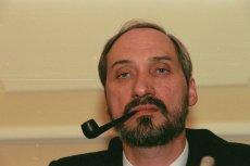 Andrzej Friszke stawia niewygodne dla szefa MON pytania.