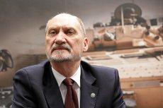 Minister obrony narodowej i wiceprezes PiS Antoni Macierewicz kolejny raz postanowił ośmieszyć Wojsko Polskie i pamięć o tragicznie zmarłym prezydencie Lechu Kaczyńskim.