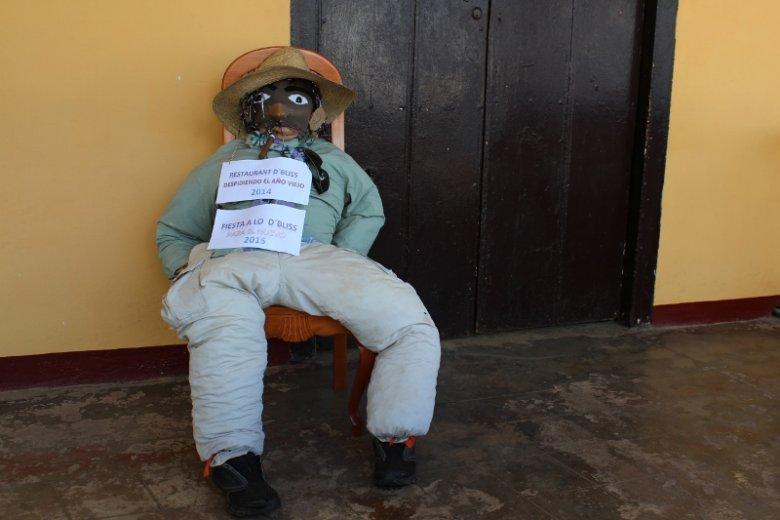 Kuba. Symboliczne pożegnanie starego roku. Kubańczycy palą wielkie kukły w Sylwestra wierząc, że w ten sposób ich kłopoty znikną.