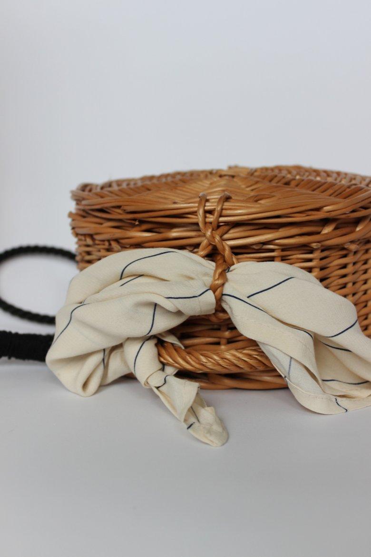 Podczas personalizowania wiklinowej torebki Natalia zrezygnowała z mechanicznego systemu zamykania właśnie na rzecz apaszki. Czy to wystarczające rozwiązanie?