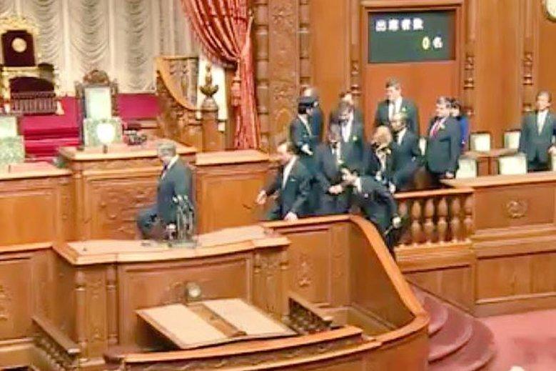 Nagranie z parlamentu Japonii było dużym problemem dla Bronisława Komorowskiego