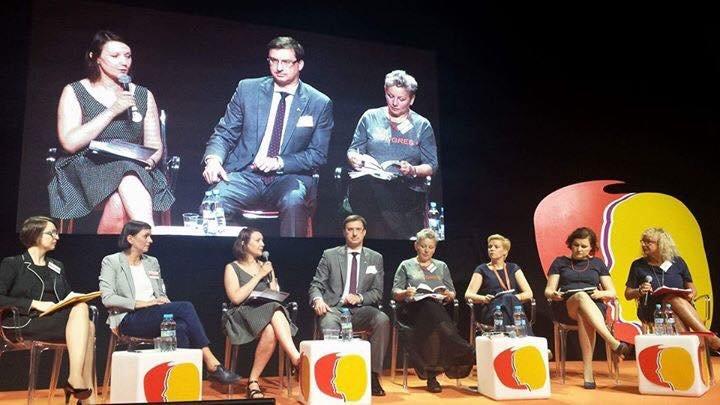 """Panel """"Alimenty to nie prezenty"""" podczas 8. Kongresu Kobiet w Warszawie.  Źródło: https://web.facebook.com/photo.php?fbid=1212878895419343&set=t.100000917324396&type=3&theater"""