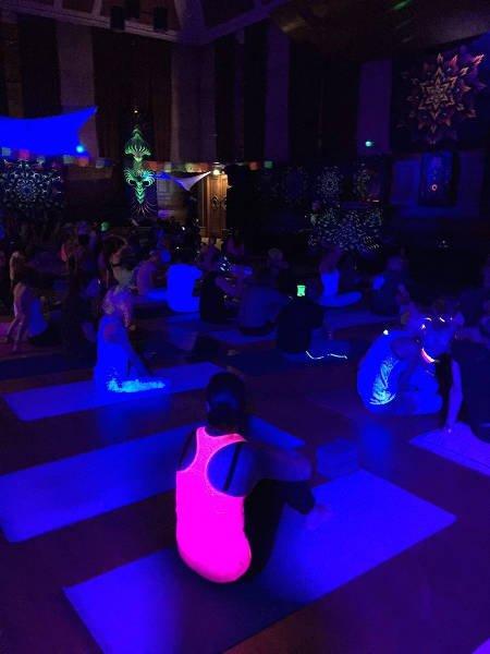 Dobra energia, radość z ćwiczeń i przebywania w grupie ludzi, którzy lubią podobne rzeczy - to łączy uczestników Yoga Rave