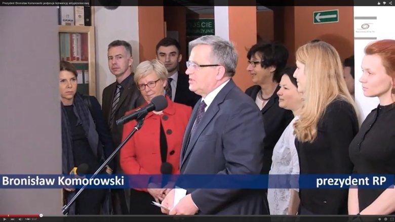 Przed podpisaniem konwencji. W środku prezydent Bronisław Komorowski i dyrektorka Centrum Praw Kobiet, Urszula Nowakowska