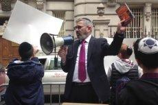 Rabin Zev Meir Friedman podczas protestu pod polskim konsulatem w Nowym Jorku.