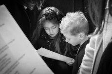 Dzieci dostały od księdza oryginalne ulotki.