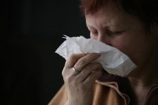 Objawy zapalenia zatok to m.in.: ból, poczucie rozpierania twarzy oraz niedrożność i wydzielina z nosa.