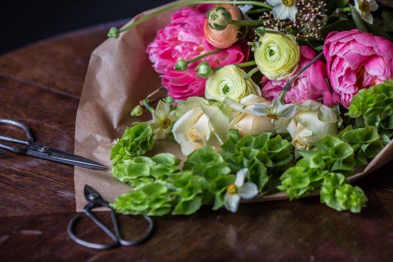 Przy zakupie peoni zwróćmy uwagę, czy z pąka widać już płatki, bo to gwarancja, że kwiat nam rozkwitnie w wodzie. Wszystkie wiosenne kwiaty pięknie się ze sobą komponują.