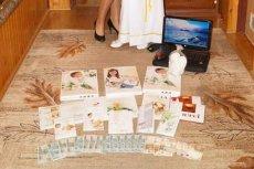 Zdjęcie malowniczej prezentacji prezentów komunijnych