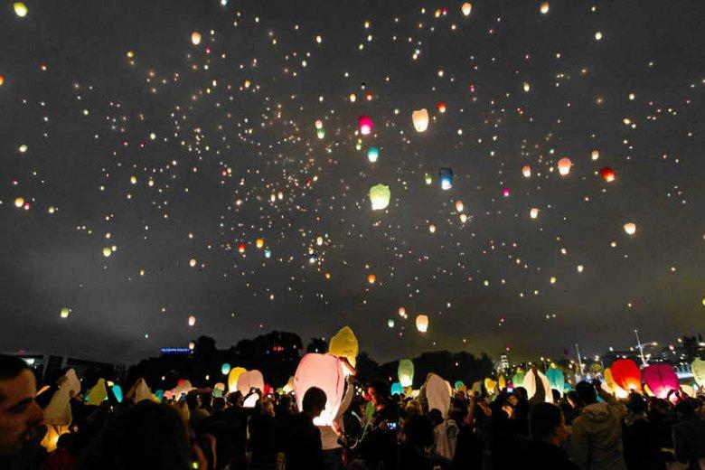 Szkody wywołane przez kolejne imprezy w stylu Nocy Kupały (zdjęcie z 2012 roku) nie skłoniły nikogo do namysłu i tysiące lampionów znowu poszybowało w niebo.