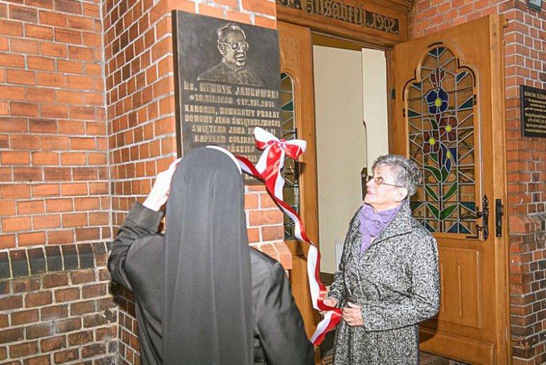 Irena Jankowska, siostra bliźniaczka nieżyjącego prałata Jankowskiego odsłania poświęconą mu tablicę w Starogardzie Gdańskim