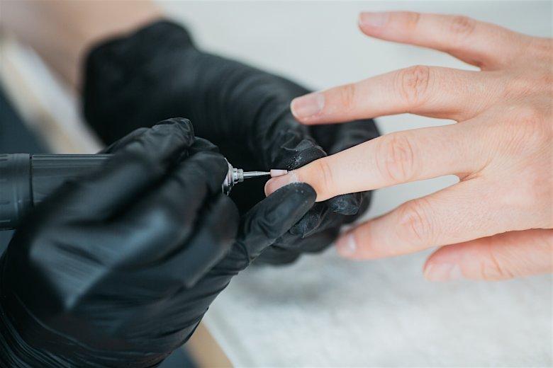 Do odsunięcia skórek można również użyć frezarki. Należy jednak pamiętać, by przykładać ją poziomo do płytki paznokcia, robiąc okrągłe, zagarniające ruchy. W innym wypadku łatwo jest w paznokciu zrobić rowki.