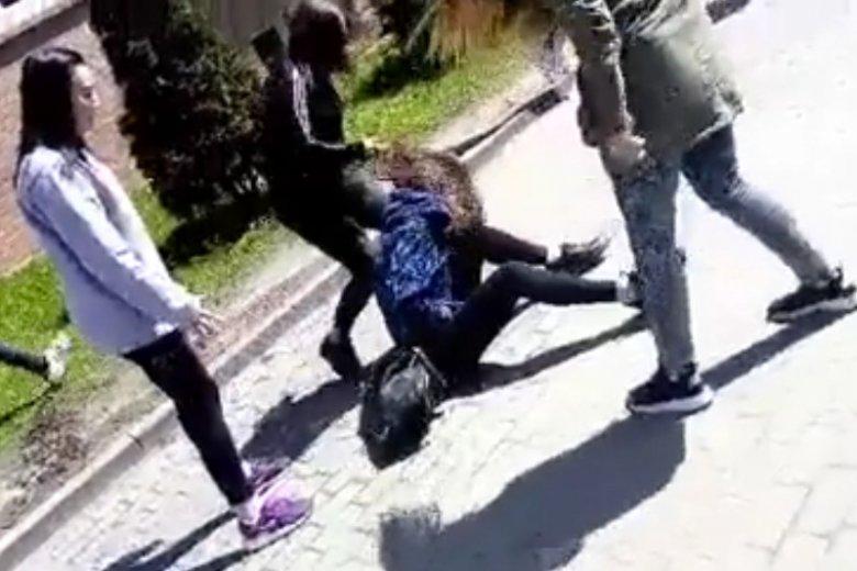 Dziewczynka została brutalnie pobita przed szkołą.