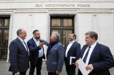 Poseł Marcin Kulasek (tu w rozmowie z Aleksandrem Kwaśniewskim) ma problem, aby utrzymać się za 9 tys. zł.
