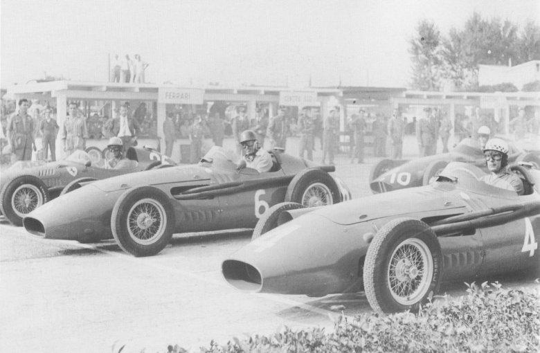 Na starcie GP Modeny 22 września 1957 r. Jean Behra (4) i Harry Schell (6) na Maserati 250F; Luigi Musso (26) na Ferrari 156.
