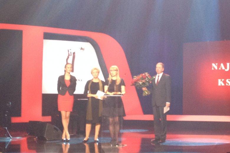"""Nagroda dla Małgorzaty Rejmer za najlepszą książkę. Wręczali: Krystyna Kofta i dziennikarz """"Newsweeka"""" Ryszard Holzer"""