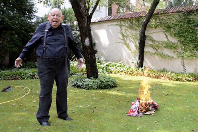 Jerzy Urban na filmie opublikowanym na YouTube pali biało-czerwony szalik. Sprawą zajmie się prokuratura.