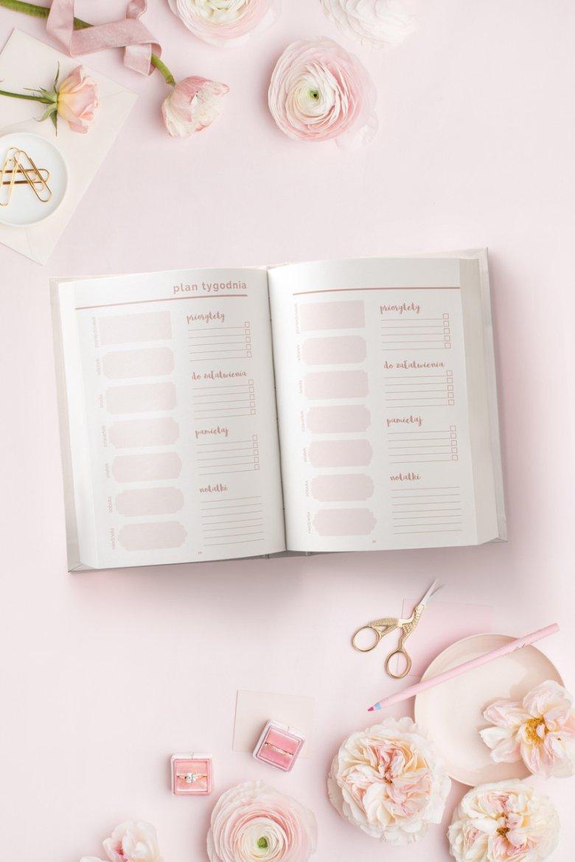 Notatnik Pretty Little Planner zawiera plany tygodnia z uwzględnieniem rzeczy niecierpiących zwłoki.