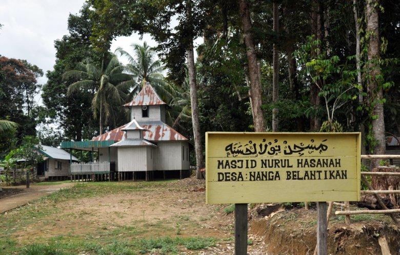 """Meczet w środku """"katolickeij"""" wioski na indonezyjskiej Borneo"""