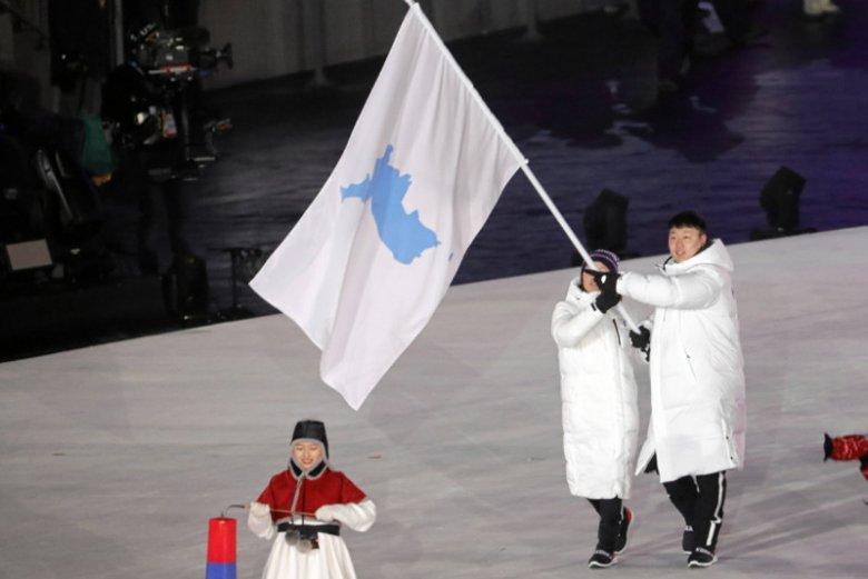 Koreańczycy wnoszący wspólną flagę na Ceremonii Otwarcia Zimowych Igrzysk Olimpijskich w Pjongczangu.