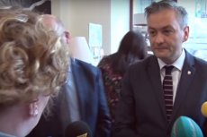 """Widzieliście już filmik z """"bulwersującym zachowaniem Biedronia wobec dziennikarki""""? Czas, byście zobaczyli, co prezydent Słupska od niej usłyszał chwilę wcześniej."""