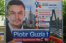 Plakat polecający warszawiakom kandydaturę Piotra Guziała