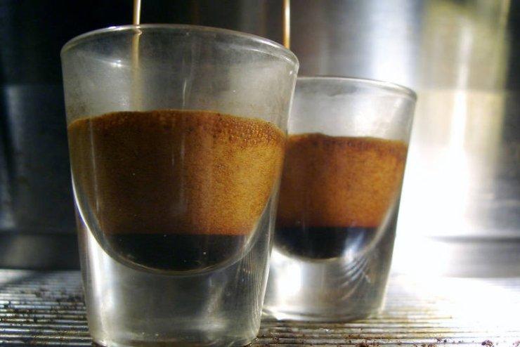 Espresso Włosi i Francuzi piją nawet po kolacji - poprawia trawienie podobnie jak kieliszek czerwonego wina