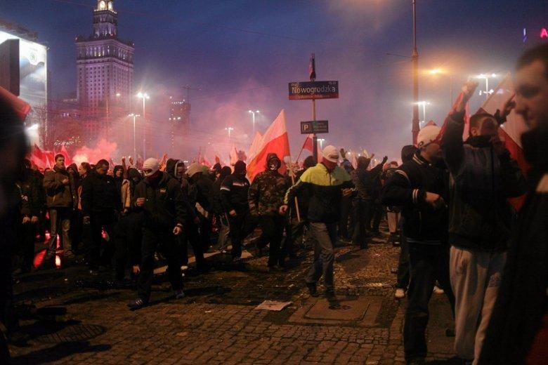 Zamieszki, które wybuchły zaraz po tym, jak Marsz Niepodległości wyruszył z ronda Dmowskiego.