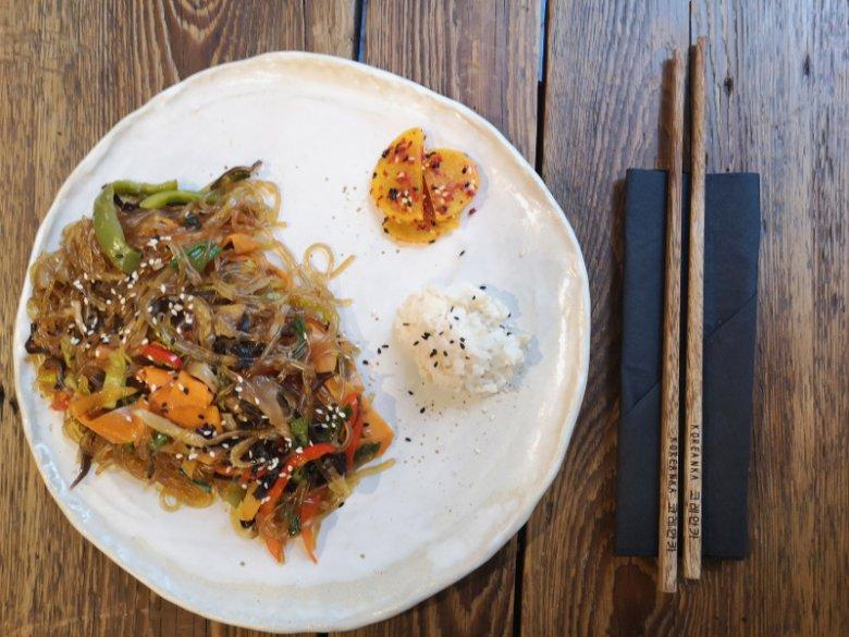 Makaron ze skrobi ziemniaczanej smażony z warzywami i grzybami
